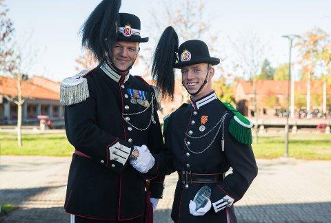 HEDRET: Fra venstre, Gardesjef oberstløytnant Vegard Flom og «Beste gardist idrett» Brede Olsen fra Hans Majestet Kongens Gardes 4. gardekompani.