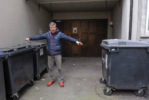 STRIDENS KJERNE: Per-Erik S. Holm og selskapet Linholm eier arealet bak hans rygg og porten. Arealet foran tilhører Rådhusgata 12. Det er her eier Morten Straume tenkte ha søppelet til 15 leiligheter, noe Holm motsetter seg, og nekter han å bruke porten.