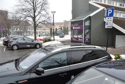 HELE DAGEN: De 35 parkeringsplassene på Aagaards plass har hundre prosent dekningsgrad. En telling viste at 13 prosent av bilene står der hele dagen.