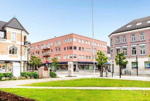 BYTUNET: Jernbanealleen 27 hadde Christiania Glasmagasin som leietaker tidligere. Til våren flytter Sparebanken Sør inn i første etasje. Nå er fire forretningsseksjoner, kontorer og leiligheter lagt ut for salg.