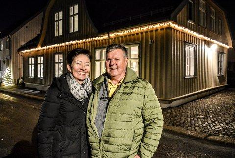 FORNØYD: Inger Grete og Sigurd Dahl utenfor Matrosgata 12. Renoveringsoppdrag nummer fem i Bjerggataområdet er utført.