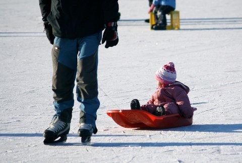 HØY AKTIVITET: Stokkelandsvannet var stappfullt av isglade voksne og barn.
