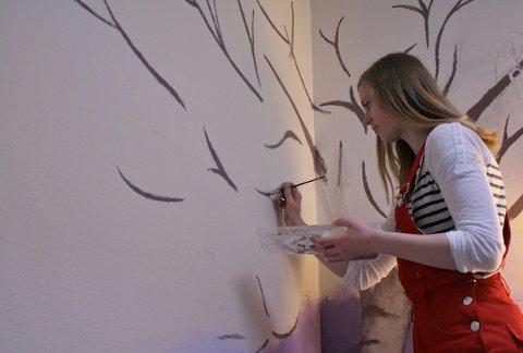 TAR VÅREN INN: 3. klassen ved Vågen videregående skole har virkelig gitt veggene i korridorene på Åse Bo- og aktivitetssenter et ansiktsløft den siste tiden. Bjørk og natur er nøkkelord for veggmaleriene som beboerne ved bo- og aktivitetssenteret kan nyte hver dag.