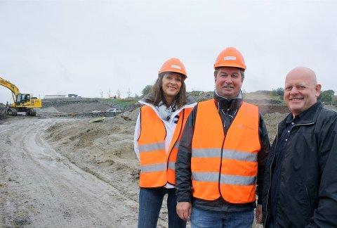 SAMMEN OM MATBUTIKK: Ann Helen Iversen og Eirik Pedersen fra Eiendomsgruppen Vest har med grunneier Ingvald Sviland på laget om å bygge matbutikk på Sviland. Matbutikken er tiltenkt like ved det nye boligfeltet som er under opparbeidelse i bydelen.
