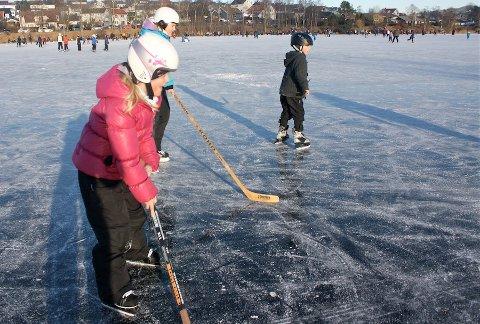 USIKKER: Isen på Stokkelandsvatnet er nå usikker, i følge kommunen.
