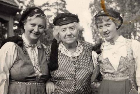 STUDINER: Tre generasjoner med studenterlue. Fra venstre: Åse Grude Skard, Karen Grude Koht, Torild Skard (1954).