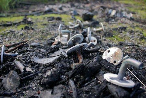 BÅLBRENNING: Restene av et større bål, trolig fra St. Hans-feiringen, ligger like ved vannkanten. Fylkesmannens kontor reagerer på at det som ser ut som dører har blitt brent på bålet.