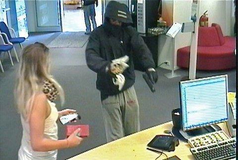 INNRØMMER RAN: Bankraneren som stormet inn i SR-Banks filial på Kvadrat skal ha innrømmet forholdet i politiet. 22-åringen flyktet etter ranet på en lilla damesykkel.