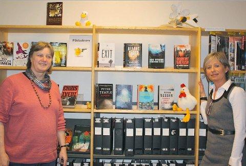 UTSTILLING: Påskekrimutstillingen er på plass. Pat Berven og Marianne Falck håper dette vil gjøre det lettere for folk å velge ut de gode krimbøkene.