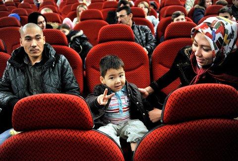 SNURR FILM: Lille Mohammad er klar for film sammen med pappa Hamid og mamma Zeinar på Sarpsborg kino.