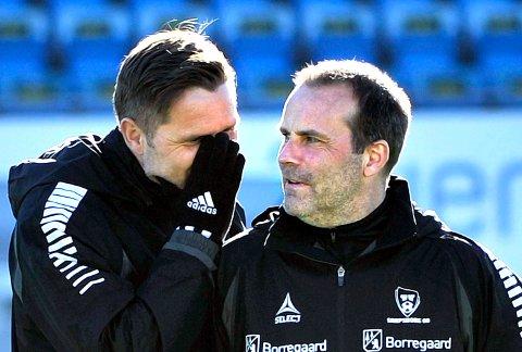 KAN SMILE: Tom Freddy Aune og Geir Bakke er helt på inntektstoppen i Sarpsborg 08 og har god grunn til å smile.