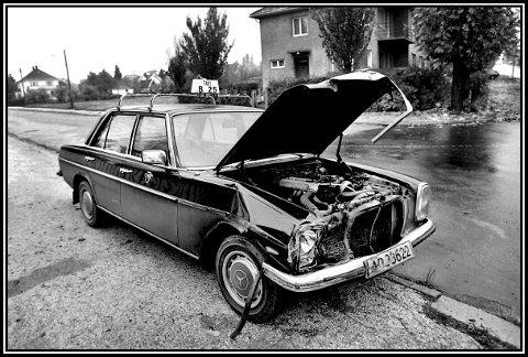 Før: 1976. I krysset Ringgata-St.Marie gate. En drosjebil fra Jamissen har fått seg en trøkk på høyresiden. Nevnte Jamissen hadde jo flere biler i drift, og han brukte mye Mercedes. Dette er en W114/W115 (fabrikkbetegnelse) som ble produsert fra 1968 til 1976. Dette er mest sannsynlig en 1974/75 mod. Undertegnede mener at denne typen fikk liggende frontlykter i 1976. Mye har endret seg i dette området på 43 år.