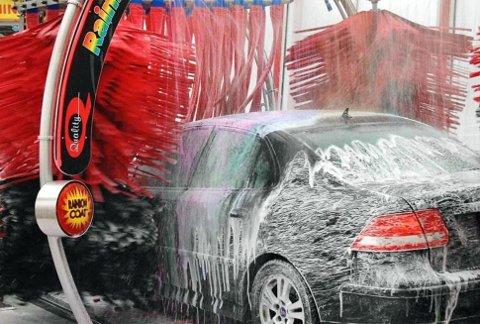 Å kjøre bilen i en bilvaskemaskin kan være både lettvint og behagelig. Men noen ting bør du huske på før du kjører inn.