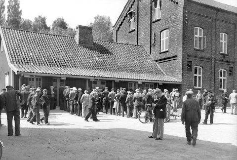 Borregaard fabrikker, Sarpsborg. En fredag ved lønningskontoret i 1939. (Foto: Ukjent/Østfold fylkes billedarkiv)
