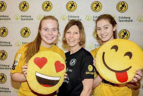 GLEDER SEG: Mia Kvithyll (til venstre), trener Mette Lise Johansson og Sofie Lundeby gleder seg stort til å ta imot Runar, Klæbu og Våg i Eidsberghallen i helgen. Målet er å vinne alle tre kampene.          FOTO: ØYSTEIN SØRENSEN
