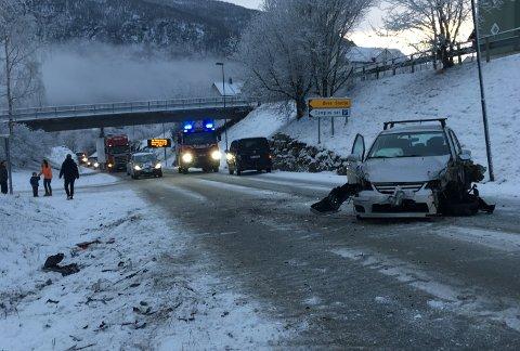 FRONT MOT FRONT: Tre bilar krasja på riksveg 5 i Sogndal måndag føremiddag. Det var ikkje meldt om personskade. Vegen er no opna.