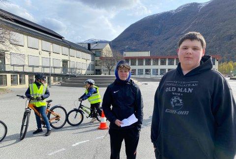 Sykkeldagen: Jonas Nesse og Sjur Midtun har full kontroll på opplegget dei har laga for 4.klasse.