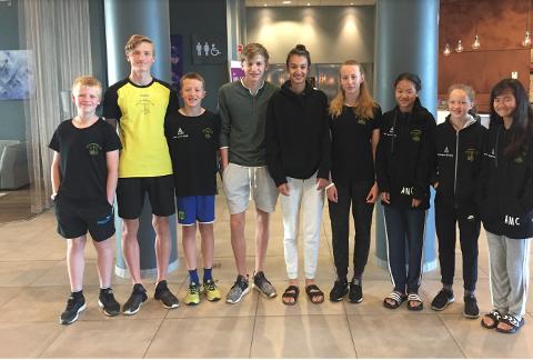 Sterke prestasjoner av Sola-svømmerne i Kristiansand i helgen. Fra venstre: Nicolai Fotland, Jørund Kalvenes Drengstig, Collin Scott van der Hoff, Anders Bergsvik, Isabel Khorasani, Emilie Fotland, Amilie Mlade Carlsen, Vendelinn Rosså og Amanda Malde Carlsen.