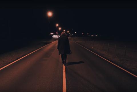 MOT GEA: Jon Ives er på veg mot GEA Trafikksenter i Årdal med tom bensinkanne i videoen til «Part Of Me».