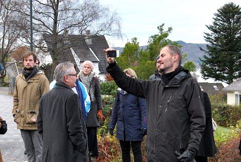 OMRÅDEPLAN: Henrik Lundberg, som her tek bilde på ei synfaring i sentrum, la denne veka fram KAP Arkitekter si skisse til områdeplan for Hjelmeland sentrum.