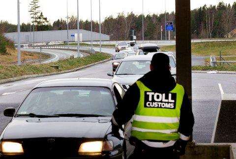 STANSET: To av mennene ble stanset på Svinesund med 30 kilo hasj i bilen. Seks minutter tidligere hadde de to andre passert grensa i en annen bil.