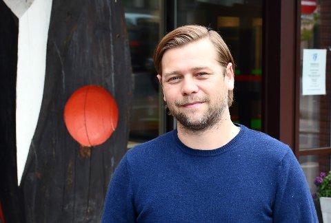 TA ET NYTT: Assisterende kommuneoverlege Per Kristian Opheim minner om at munnbindet du tar på alltid skal være nytt eller nyvasket. – Ikke bruk det samme munnbindet etter at du har tatt det av, sier han.