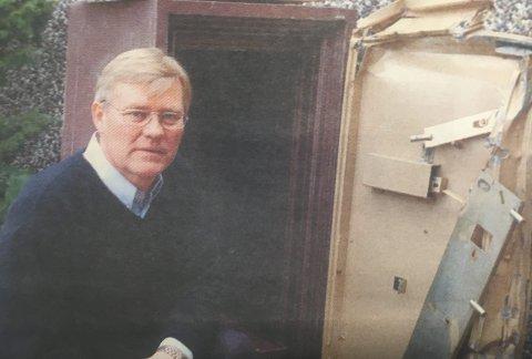 Brudt opp: Ole H. Windsvoll ved pengeskapet som var brudt opp av innbryddstyver.