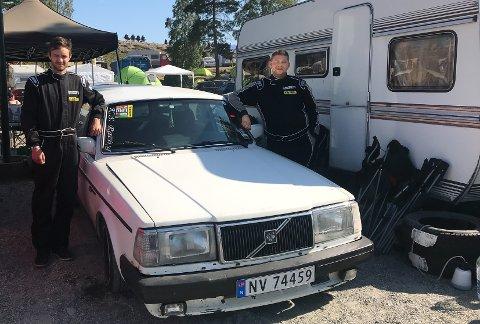 RASK BIL: Eirik Andre Rørvik og Mathias Kaasa - og Kaasas overraskende raske, gamle volvo er noen av notoddingene som er på Gatebil-treffet på Rudskogen denne helgen.