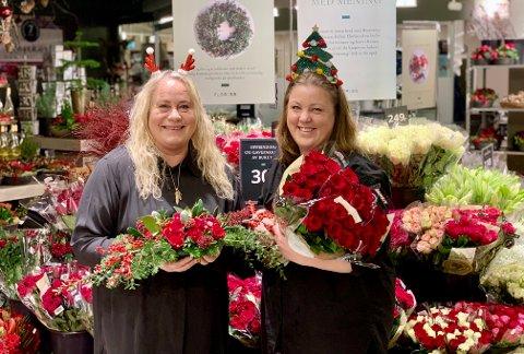 JULEGLEDE: Lena Kaasa og Heidi Berg kan se tilbake på en fin men hektisk førjulstid. Damen som er hverandres nærkontakter har i anledning bildetakning tatt av munnbindene de bruker på jobb.