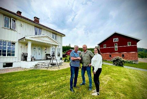 GVANNES GÅRD: Tor Einar Løkka og Lejla Car har kjøpt Gvannes Gård av Sveinung Tinnes-Mork (t.v.) for 11,1 millioner kroner, og skal drive med blant annet korn, frukt og bær, og hest. I tillegg skal Løkkas bedrift også flyttes til gården.