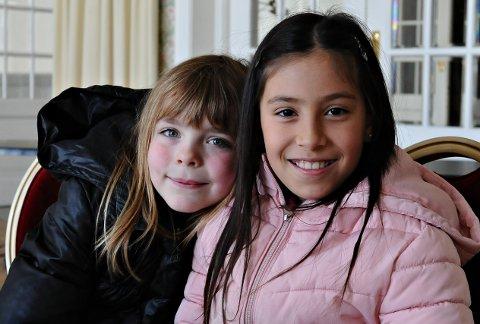 Frida Stolsmo (til venstre) og Tone Christine Bjerkås hadde det kjekt på generalprøven.