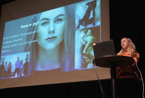AVSLØRER: Mia Landsem holder foredrag om jobben som «datadetektiv» på jakt etter å avsløre mennesker bak såkalt hevnporno og ulovlig deling av nakenbilder. Tirsdag var hun i Surnadal for å dele sin kunnskap.