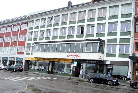EIER: Det er faren Geir Gimnes og kona Inger Johanne eier de tre øverste etasjene i Fosnagata 3. De bor selv i toppetasjen, hvor de også leier ut en leilighet, og i tredje etasje er det etablert sju hybler. Sandblost AS eier seksjonen på gateplan.