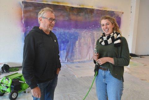PISTOL: Jon Arne Mogstad sammen med sin kunsterassistent Fabia Bürger. Hun er godt i gang med et verk der hun bruker sprøytepistol for å male.