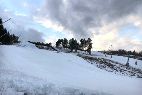 STENGT: Surnadal Alpinsenter har hatt mange åpne dager denne sesongen, takket være produksjon av kunstsnø. Nå har langvarig mildvær ført til at bakken må midlertidig stenges.