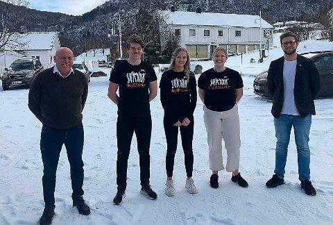 MOT-DEBATT: Ordfører Odd Jarle Svanem (til venstre) og Høyres Even Hendseth fikk besøk av MOT-aktørene Joakim Alstad, Anniken Sæther og Ranja Fjelnset da MOT-avtalen ble debattert i Heim kommunestyre.