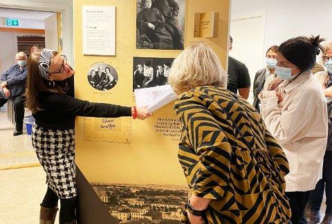 Britt Ormaasen fra Jødisk museum i Oslo viser vei under utstillingsåpning hos Nordmøre museum.