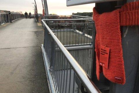 SKJERF: Byen er dekket med oransje skjerf. Det er bare å plukke med seg et hvis du er kald.