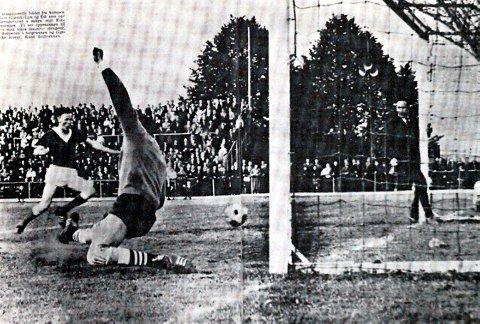 VERDENSBERØMT: For 56 år siden spilte Gjøvik/Lyn og Eik 1–1 på Gjøvik. Eiks oppmann Øivind Andersen (t.h.) ble fotografert i det han stakk benet innenfor målstolpen. Ballen gikk ikke i mål, men spratt ut igjen. Om det var via stolpen eller Andersens ben var partene uenige om. Bildet og historien gikk verden rundt.