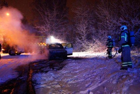 TOK FYR: Bilen begynte å brenne på Strengsdalveien mandag kveld.