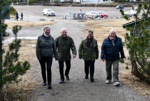FORNØYD TURGJENG: Inger Johanne (f.v.) og Thomas Kuste, og Anne og Rolf Eriksen, er glad fornuften seiret i kommunestyret, og det ikke blir betalt parkering ved Fjærholmen.