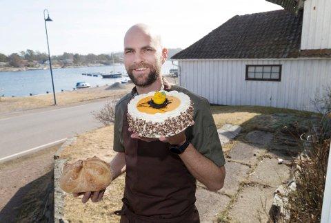 HOLDER ÅPENT: Christoffer Næss viser fram en påskekake utenfor det nå sesongåpnede utsalgsstedet på Ormelet. Han er tredje generasjon Næss i Nøtterø Bakeri og Konditori.