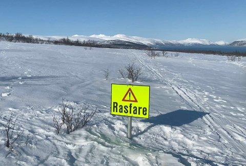 ADVARSEL: En skavl gjør at kommunen advarer turgåere mot ferdsel på Kvaløya. En turgåer reagerer på skiltingen.