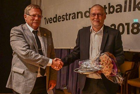 Oddvar Pedersen utnevnte Erik Pedersen som æresmedlem rett etter at Erik hadde fått årets Ildsjelpris av Tvedestrand Idrettsråd.