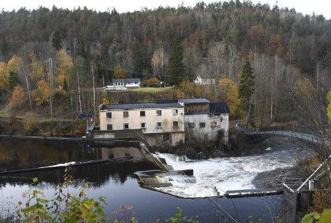 Høy Bru: Like ovenfor Fosstveitdammen kommer E18 i en høy bru over Storelva. De to husene på andre siden av elva blir innløst.
