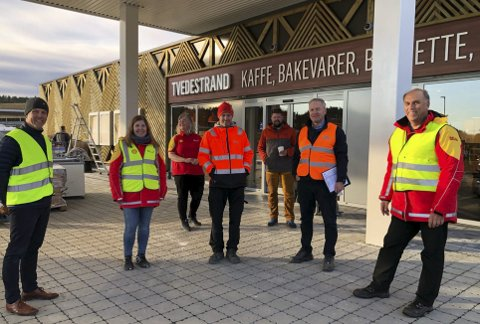 Stor dag: (f.v) Oscar Sandstrøm (St1), Reidun Jensen (St1), Merete Salvesen (St1), Kenneth Kristoffersen (BRG), Stian Fjeldberg (St1), Birger Homme (BRG) og Bård Granerud (St1). Foto: Siri Fossing