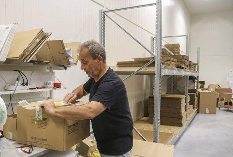 Plukker og pakker: Det tikker stadig inn med bestillinger til Geirulv Albrethsen. Han er lagersjef hos Nettdyret og forteller om hektiske dager i det nye lagerbygget. Foto: marianne Stene