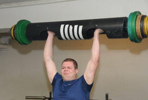 Over 100: Bjørn Erik Stavenjord løfter her 106 kilo over hodet i log-press.