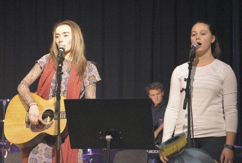 Følgje hjarta: Marit Hovrud Ulstølen (tv) og Emilie Bakke Vestheim song vakkert. Bak: Emanuel Dokken.
