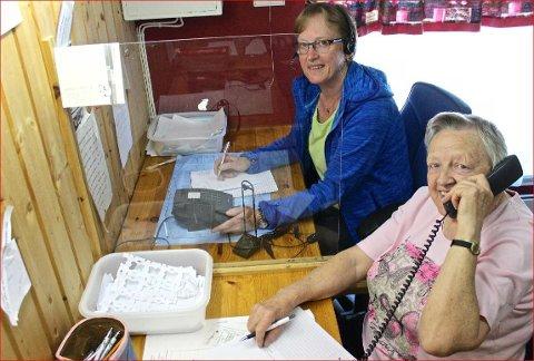 Vinnar: Ho er best i Valdres på gamle valdresord. Dialektvinnar Anne Marie Beito (t. h.), her i studio i Valdres Radio saman med Astrid Breiseth.